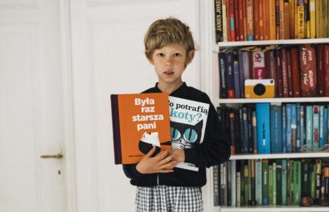 Retro na półce z książkami